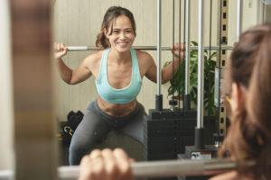 効率よくレンタルジムでトレーニングする女性