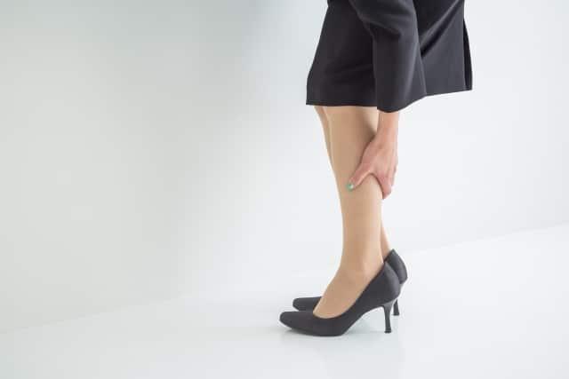 足の浮腫みがある女性